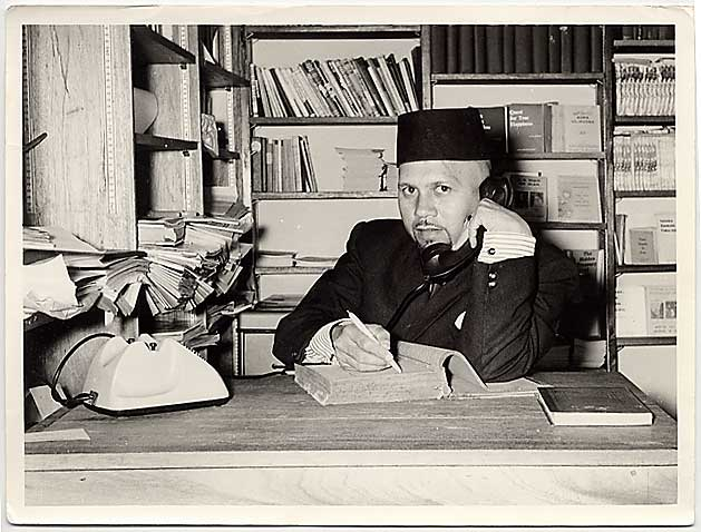 imamharon_in_mosque_library_1967